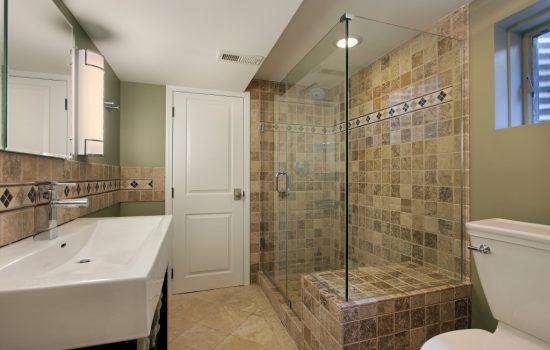 Sprchový kút s pevnou zástenou a dvere