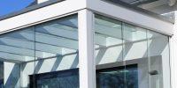 Sklenená stena využitá aj ako strieška a stena c exteriéry